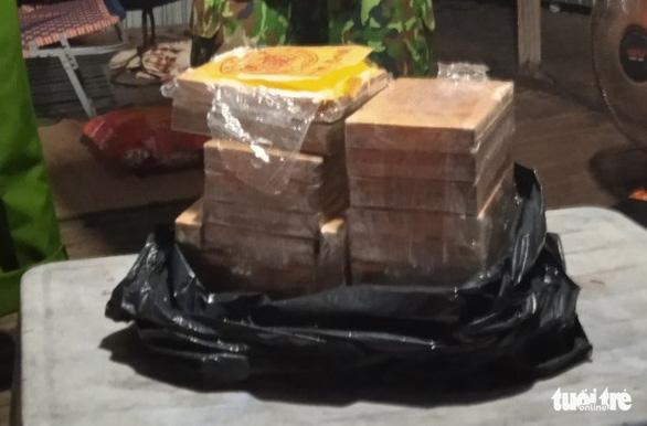 Thanh niên nhảy xuống sông bơi qua Campuchia, bỏ lại thùng nhựa chứa hơn 7kg ma túy - Ảnh 1.