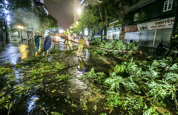 Hà Nội mưa lớn vào chiều tối, đề phòng cây đổ, ngập úng - Ảnh 1.