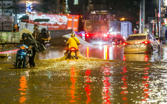 Hà Nội mưa lớn vào chiều tối, đề phòng cây đổ, ngập úng - Ảnh 2.