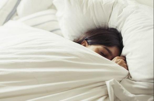Ngủ ít có thể làm tăng nguy cơ bệnh tiến triển nặng hơn khi mắc COVID-19 - Ảnh 1.