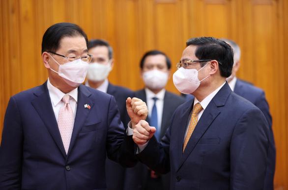Việt Nam đề nghị Hàn Quốc ưu tiên chia sẻ vắc xin, hỗ trợ ODA - Ảnh 1.