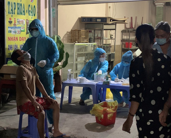 Bình Dương lấy mẫu xét nghiệm hàng chục ngàn người ở phường Bình Chuẩn - Ảnh 1.