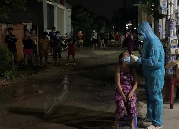 Bình Dương lấy mẫu xét nghiệm hàng chục ngàn người ở phường Bình Chuẩn - Ảnh 2.