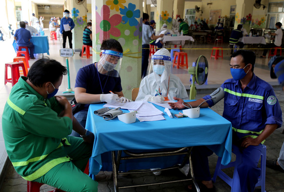 2.000 công nhân môi trường TP.HCM được tiêm vắc xin, nhiều người mừng rơn - Ảnh 3.