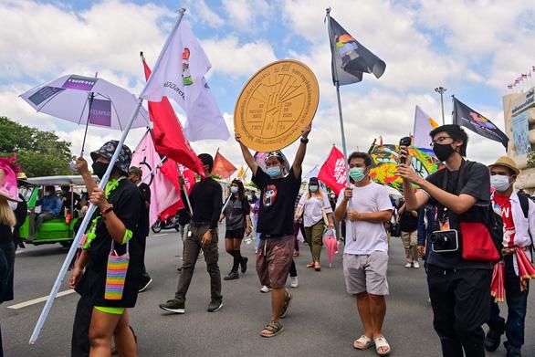 Hàng trăm người biểu tình đòi thủ tướng Thái Lan từ chức bất chấp lệnh cấm tụ tập - Ảnh 2.