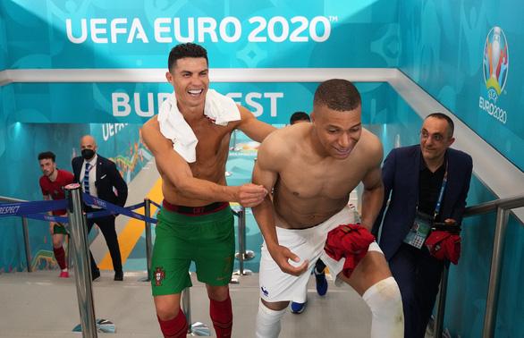 Ronaldo vui vẻ đổi áo 2 lần trong trận cầu sinh tử của Bồ Đào Nha - Ảnh 1.