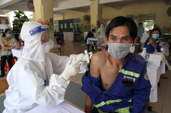 2.000 công nhân môi trường TP.HCM được tiêm vắc xin, nhiều người mừng rơn - Ảnh 2.