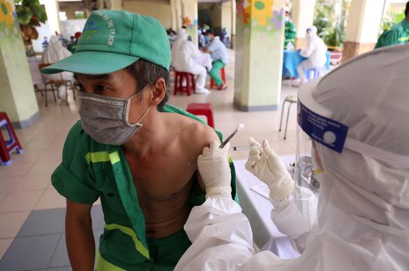 2.000 công nhân môi trường TP.HCM được tiêm vắc xin, nhiều người mừng rơn - Ảnh 4.