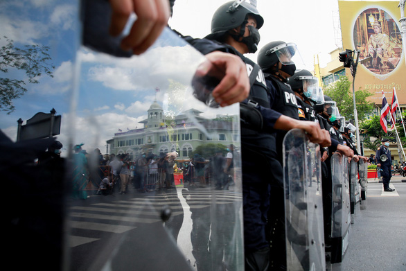 Hàng trăm người biểu tình đòi thủ tướng Thái Lan từ chức bất chấp lệnh cấm tụ tập - Ảnh 3.