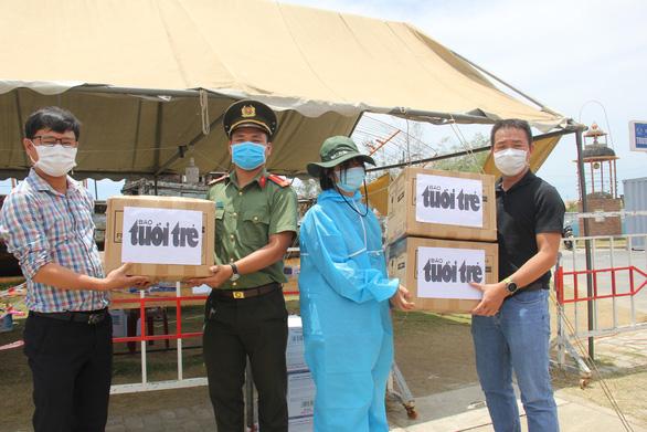 1.500 tấm chắn nước bọt của bạn đọc Tuổi Trẻ cho các chốt chống dịch ở Đà Nẵng và Quảng Nam - Ảnh 1.