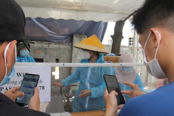 1.500 tấm chắn nước bọt của bạn đọc Tuổi Trẻ cho các chốt chống dịch ở Đà Nẵng và Quảng Nam - Ảnh 2.