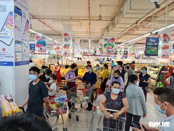 Đi siêu thị mua đồ 15 phút, đợi tính tiền gần 2 tiếng, vừa mệt vừa run - Ảnh 1.