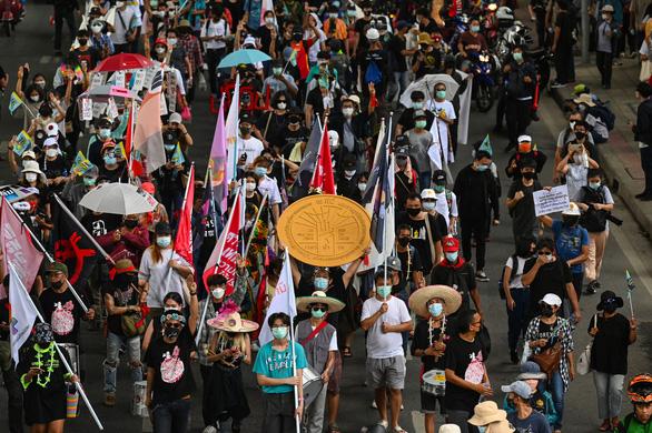 Hàng trăm người biểu tình đòi thủ tướng Thái Lan từ chức bất chấp lệnh cấm tụ tập - Ảnh 1.