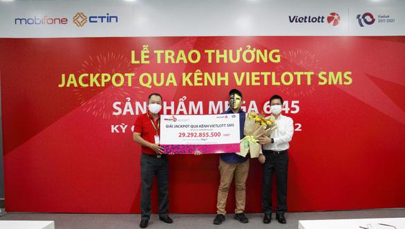 Thuê bao MobiFone trúng Jackpot qua kênh Vietlott SMS nhận giải trị giá gần 30 tỉ đồng - Ảnh 1.