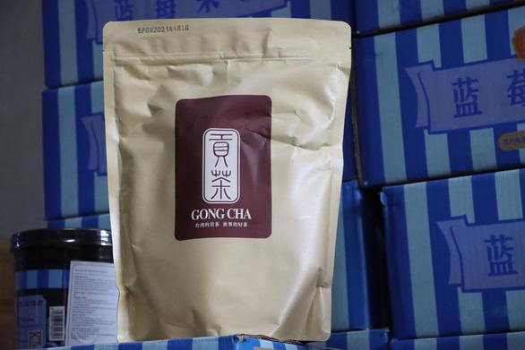 Thu giữ hàng tấn nguyên liệu trà sữa chưa rõ nguồn gốc - Ảnh 3.