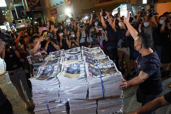 Báo Apple Daily in 1 triệu bản cuối cùng, dân Hong Kong xếp hàng mua qua đêm - Ảnh 2.