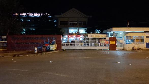 Bệnh viện Đa khoa Bình Thuận phong tỏa một khoa do nhân viên nghi mắc COVID-19 - Ảnh 1.