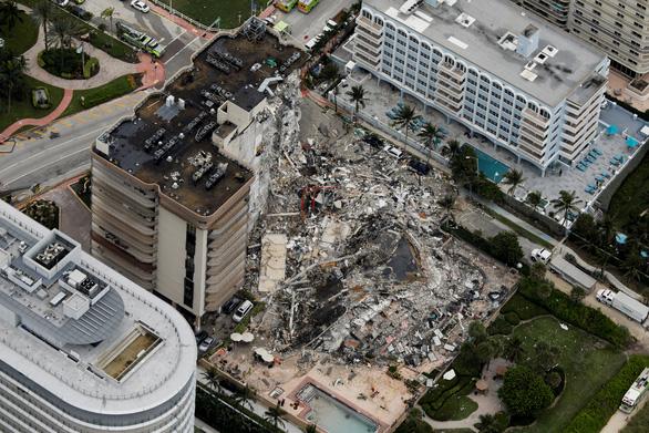 Sập tòa nhà 12 tầng gồm 136 căn hộ ven biển ở Mỹ, 99 người mất tích - Ảnh 1.