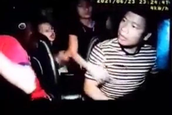 Nam thanh niên đấm liên tiếp vào mặt tài xế taxi bất chấp có trẻ nhỏ trên xe - Ảnh 1.