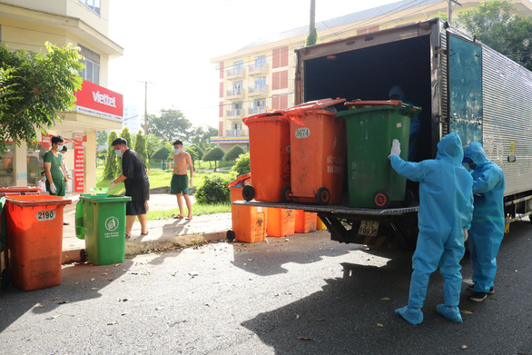 Một buổi sáng thu hơn 50 tấn rác tại khu cách ly KTX ĐHQG TP.HCM - Ảnh 2.