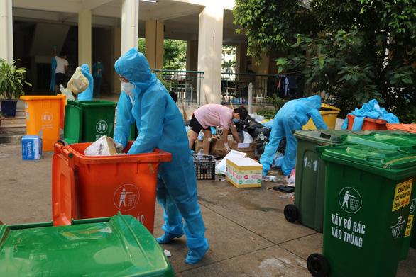 Một buổi sáng thu hơn 50 tấn rác tại khu cách ly KTX ĐHQG TP.HCM - Ảnh 3.