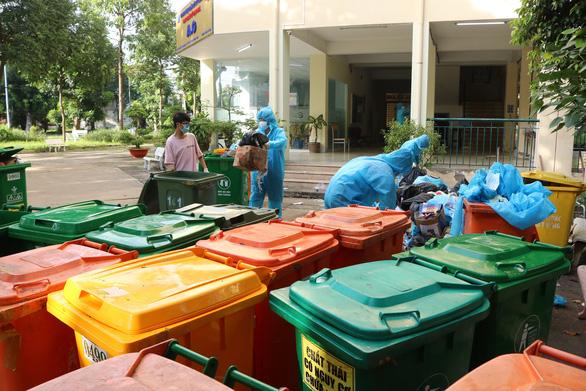Một buổi sáng thu hơn 50 tấn rác tại khu cách ly KTX ĐHQG TP.HCM - Ảnh 1.
