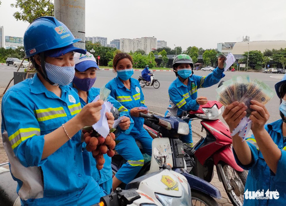 Công nhân môi trường bị nợ lương được tặng tiền, hỗ trợ chỗ ở, khám bệnh - Ảnh 1.