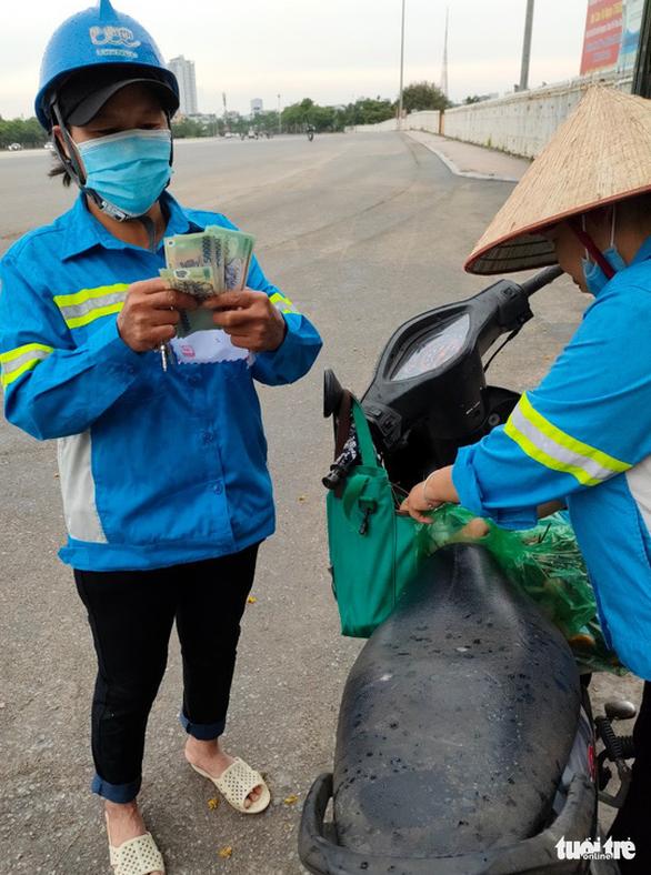 Công nhân môi trường bị nợ lương được tặng tiền, hỗ trợ chỗ ở, khám bệnh - Ảnh 2.