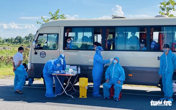 Nghệ An giám sát y tế chặt hơn 2.200 công nhân từ Bắc Giang về - Ảnh 3.