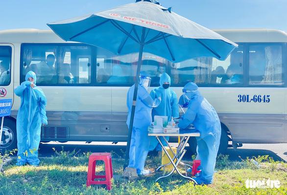Nghệ An giám sát y tế chặt hơn 2.200 công nhân từ Bắc Giang về - Ảnh 2.