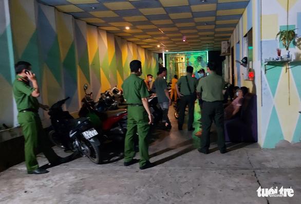 Xử phạt quán karaoke để 16 người hát trong thời gian phòng chống dịch COVID-19 - Ảnh 2.