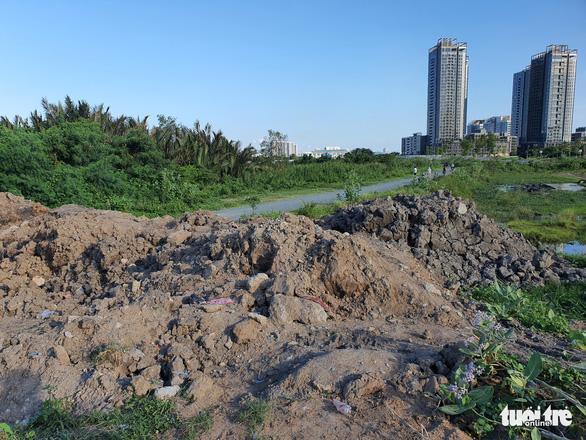 Phường Thủ Thiêm đổ đất chặn đường mòn vô đồng diều để phòng chống COVID-19 - Ảnh 2.