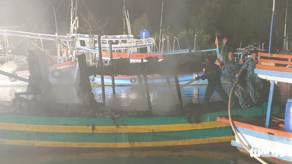 Hải quân cứu hàng chục tàu cá khỏi hỏa hoạn trong đêm - Ảnh 3.