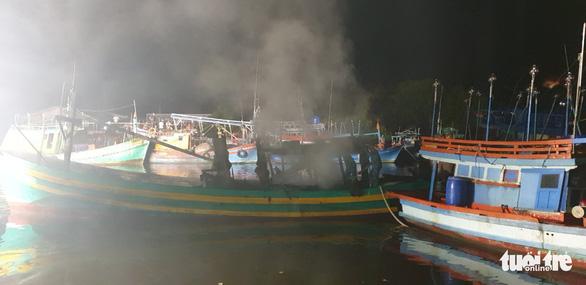 Hải quân cứu hàng chục tàu cá khỏi hỏa hoạn trong đêm - Ảnh 2.