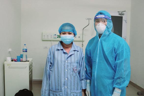 Bệnh nhân COVID-19 nguy kịch chuyển dạ, bác sĩ mổ gấp cứu sống cả mẹ và con - Ảnh 1.
