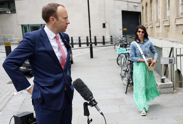 Báo đăng ảnh bộ trưởng Anh ôm hôn trợ lý trong văn phòng, bằng chứng ngoại tình? - Ảnh 1.