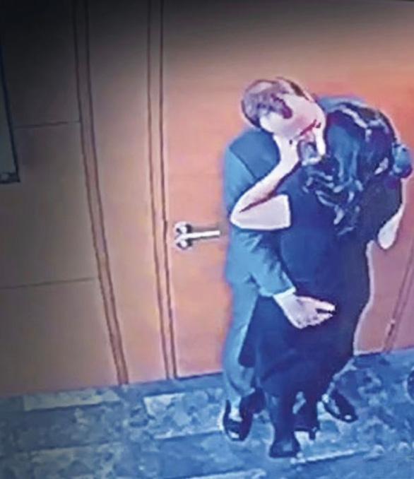 Bộ trưởng Anh ôm hôn trợ lý trong văn phòng, bằng chứng ngoại tình?