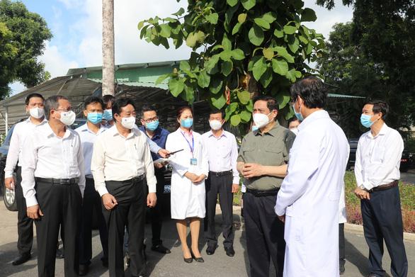 Thủ tướng làm việc tại Bình Dương: Không để lây nhiễm tại bệnh viện - Ảnh 1.