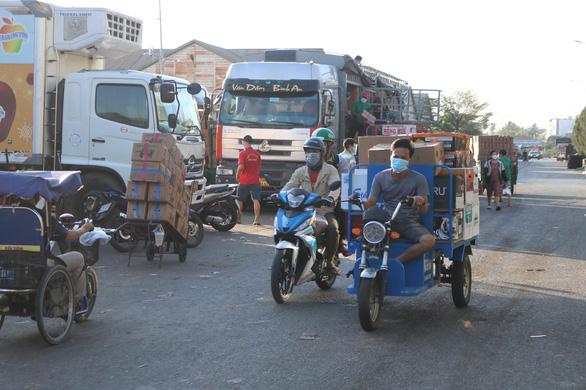Tây Ninh tạm dừng giao, nhận hàng hóa ở các chợ đầu mối tại TP.HCM - Ảnh 1.
