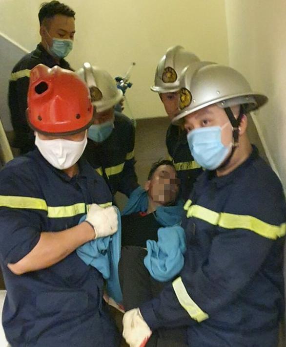 Giải cứu nam thanh niên mắc kẹt đầu vai trong thang máy chuyển đồ ăn - Ảnh 1.
