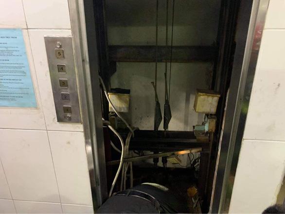 Giải cứu nam thanh niên mắc kẹt đầu vai trong thang máy chuyển đồ ăn - Ảnh 2.