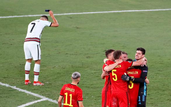 Ronaldo lại bị chỉ trích vì ném bỏ băng đội trưởng - Ảnh 1.