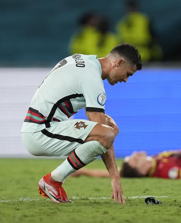 Ronaldo lại bị chỉ trích vì ném bỏ băng đội trưởng - Ảnh 2.