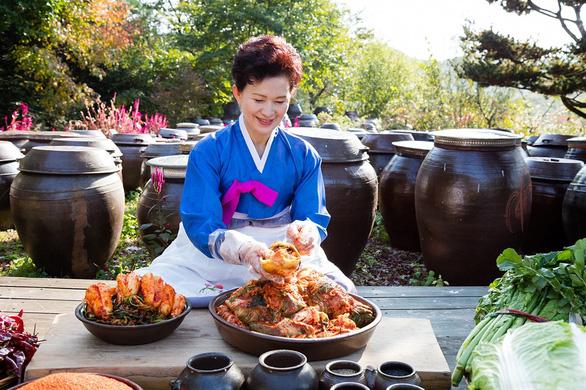 Video sốc một người đàn ông trần truồng làm kim chi, dân Hàn nghỉ ăn kim chi Trung Quốc - Ảnh 2.