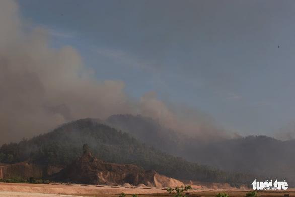 Cháy rừng cạnh doanh trại quân đội, Huế huy động gần 1.000 người chữa cháy - Ảnh 7.