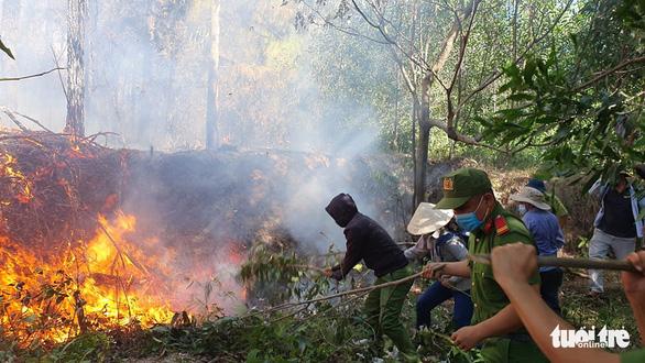 Cháy rừng cạnh doanh trại quân đội, Huế huy động gần 1.000 người chữa cháy - Ảnh 1.