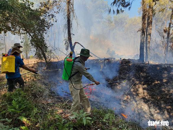 Cháy rừng cạnh doanh trại quân đội, Huế huy động gần 1.000 người chữa cháy - Ảnh 3.