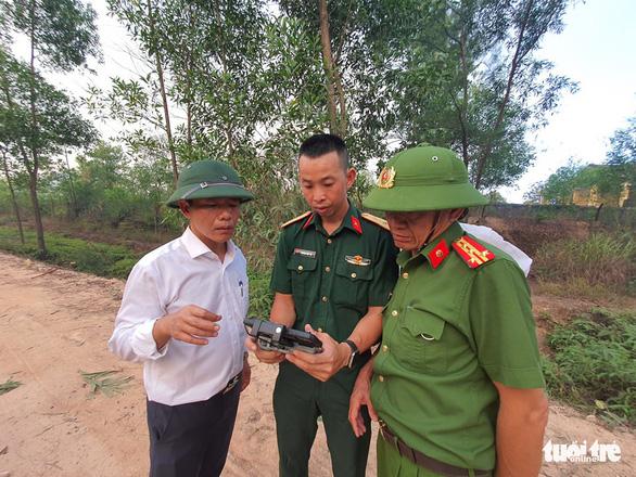 Cháy rừng cạnh doanh trại quân đội, Huế huy động gần 1.000 người chữa cháy - Ảnh 4.