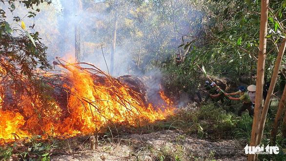 Cháy rừng cạnh doanh trại quân đội, Huế huy động gần 1.000 người chữa cháy - Ảnh 6.