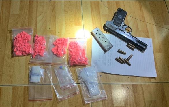 Bắt 2 nghi phạm mua bán ma túy luôn thủ súng quân dụng - Ảnh 1.